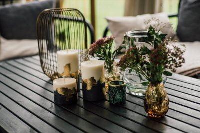 świece Luvo na stoliku